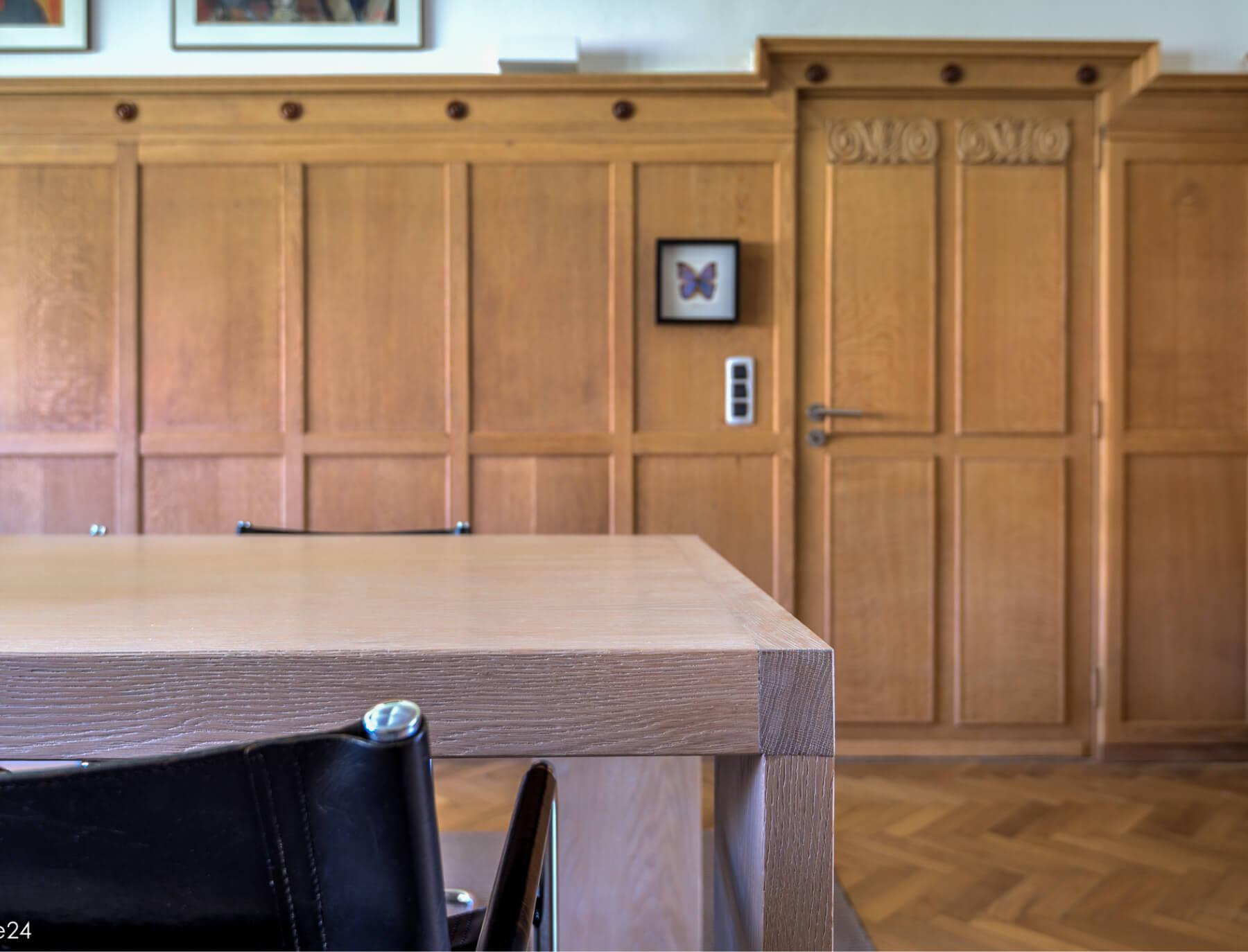Vergaderzaal houten muur gezandstraald – De Straalstudio